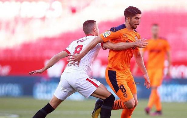 El Sevilla venció al Valencia y subió al podio